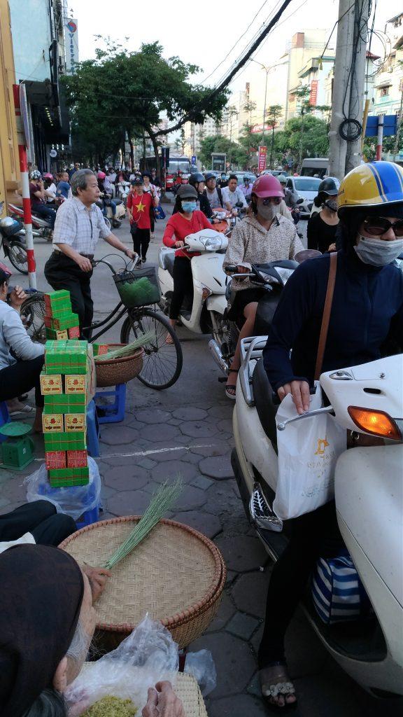 (3)歩道を通過するバイク
